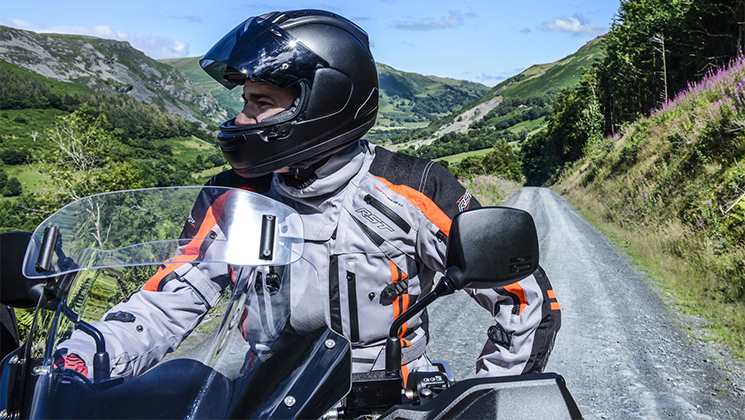 65b3de524d7 RST también tiene en cuenta a los motoristas que buscan un look moderno o  vintage con orientación urbanita. Las chaquetas de cuero de estilo  rockabilly para ...